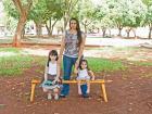 A autônoma Débora de Araújo, com as filhas Fernanda e Flávia, tentam brincar na praça. - Foto: Milena Aurea / A Cidade