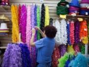 Fantasias e acessórios para a Folia de Momo aquecem vendas nas ojas do Centro de Ribeirão - Foto: Weber Sian / A Cidade