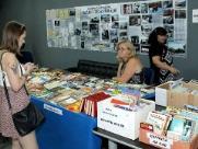 Feira de troca e venda de livros movimenta biblioteca