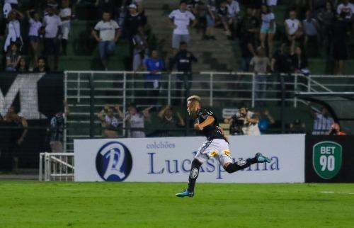 Folha Imagem - Felipe Saraiva comemora o único gol da partida (Foto: Folhapress)