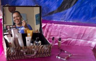 Werber Sian / A Cidade - Fernanda Silva investe na carreira de consultora de beleza e de maquiadora, mas ainda espera ter estabilidade financeira com suas atividades