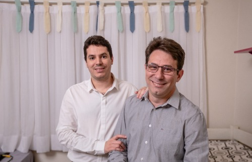 Fernando (à esq.) e Antonio entraram na fila da adoção em abril e esperam adotar até três crianças - Foto: Weber Sian / A Cidade
