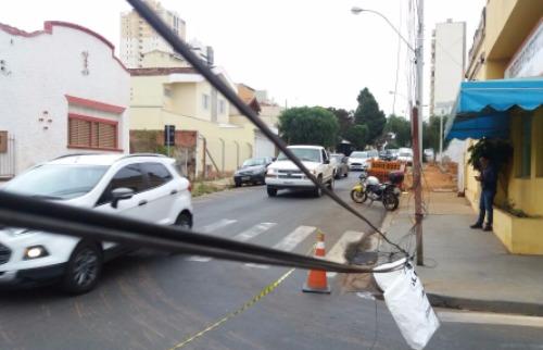 ACidade ON - São Carlos - Fiação caída interditou parte do trânsito.