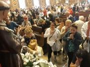Fiéis lotam igreja para celebração do Dia de Santo Antônio