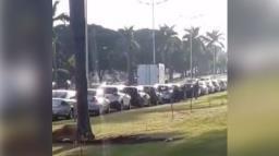 Americana tem fila de carros em vacinação drive-thru de covid-19