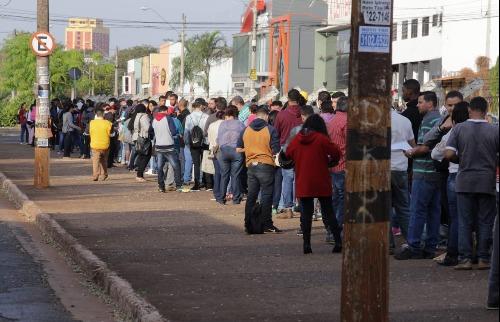 Fila do Emprego na Faculdade Anhanguera - Foto: Weber Sian / A Cidade