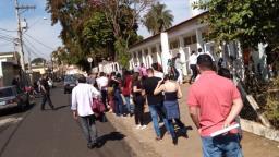 Moradores enfrentam fila em vacinação contra a covid-19 em Ribeirão