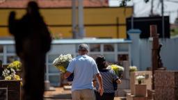 Famílias prestam homenagens aos mortos no Cemitério da Saudade