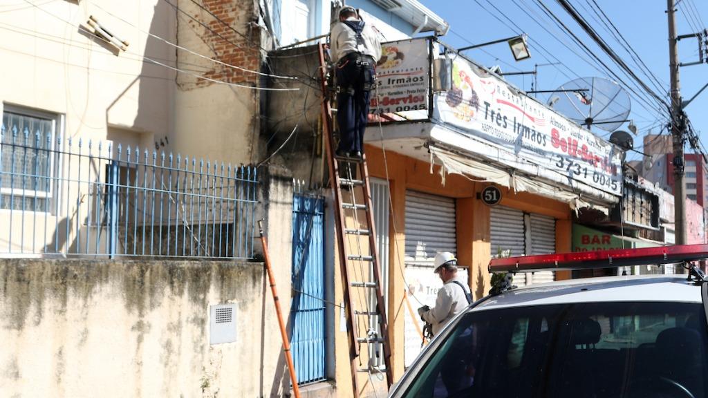 Fios são furtados para revenda (Foto: Denny Cesare/Código19) - Foto: Foto: Denny Cesare/Código19