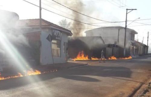 Fogo se alastra por rua de Dumont após caminhão pegar fogo (Foto: ) - Foto: Outros