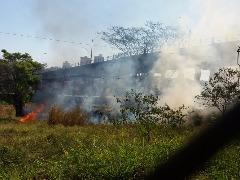 Fogo consumiu mato seco que estava nas laterais dos trilhos e jogou muita fumaça para o pontilhão da Barroso - Foto: ACidade ON - Araraquara