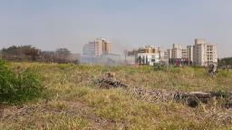 Incêndio atinge grande terreno na região da Rotatória do Cristo