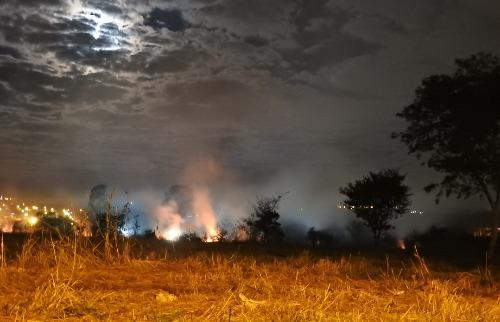 Fogo no Parque Gramado ocorreu próximo a a creche do bairro (Foto: Gabriela Martins/A Cidade ON) - Foto: ACidade ON - Araraquara
