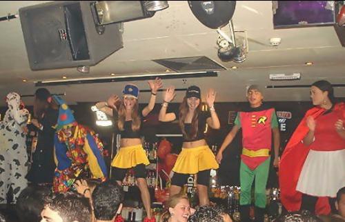 Divulgação/Agito Campinas - Foto do site Agito Campinas de uma das noites: personagens e dancinhas para animar os clientes. Créditos: Divulgação/Agito Campinas