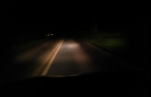 ACidade ON - Araraquara - Foto tirada à noite e com o farol do carro acesso dá dimensão do sofrimento de quem trafega na via