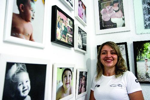 Tribuna Araraquara - Fotógrafa Priscila Bolfi posa na parede que decora seu estúdio (Foto: Amanda Rocha/Tribuna)