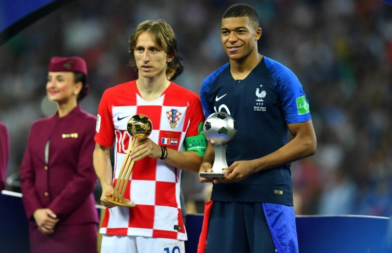 Modric foi eleito o melhor jogador da Copa e Mbappé ganhou o prêmio de  relevação (Foto  Reuters Folhapress) 97ea12dd90a82