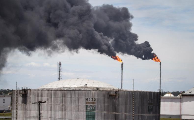 Resultado de imagem para refinaria fumaça