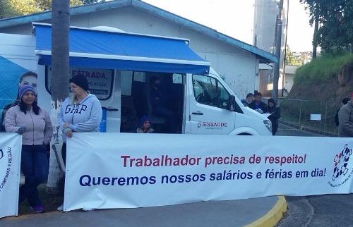 Funcionários exibiram faixas de protesto em frente à unidade. Foto: Divulgação - Foto: Divulgação