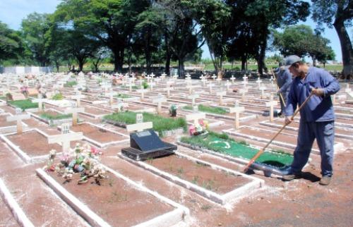 Funcionários fazem limpeza em túmulos do Cemitério das Cruzes - Foto: ACidade ON - Araraquara