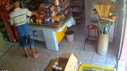 Imagens mostram jovens furtando mercadinho em Jaguariúna