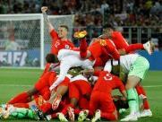 Colômbia empata no fim, mas Inglaterra vence nos pênaltis