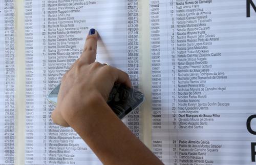 Candidata consulta lista de aprovados no vestibular da Fuvest - Foto: USP Imagens