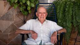 Aos 105 anos, Gabriel dança, toma cerveja e proseia na praça