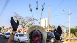 """""""Meu trabalho é minha mochila"""", diz o artista de rua Gabriel Lagrotta"""