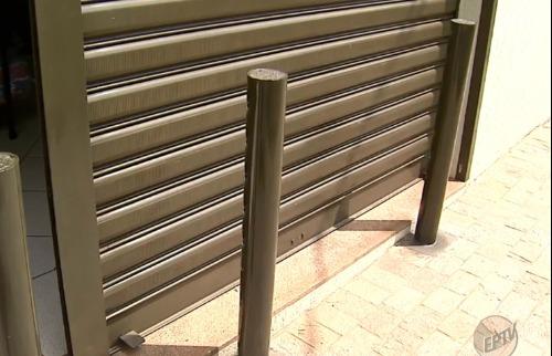 Proprietário da fábrica instalou barreira para impedir novos ataques (Imagem: Reprodução / EPTV) - Foto: ACidade ON - Ribeirão Preto