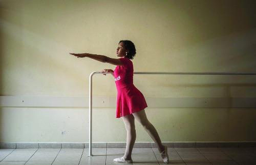 Weber Sian / A Cidade - Gleice Priscila dos Santos, 23 anos, é deficiente visual e aluna de teatro e balé do projeto SuperAção (Foto: Weber Sian/ A Cidade)