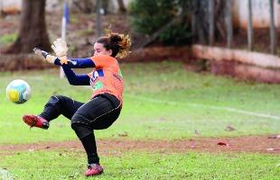 Tribuna Araraquara - Goleira da Ferroviária em treino disputado no campo da Atlética (Amanda Rocha/Tribuna)