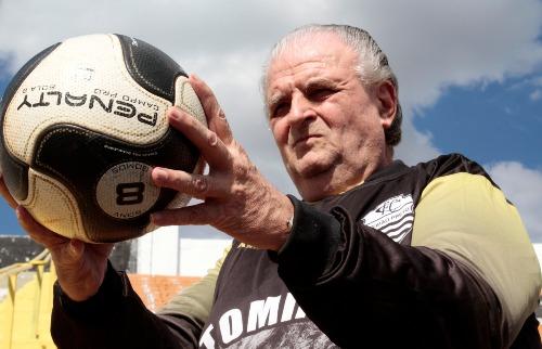 Renato Lopes / Especial - Para facilitar a minha vida, além de colocar esparadrapos nos punhos, eu passava sebo na bola e parafina nas mãos, Tomires, ex-goleiro do Comercial