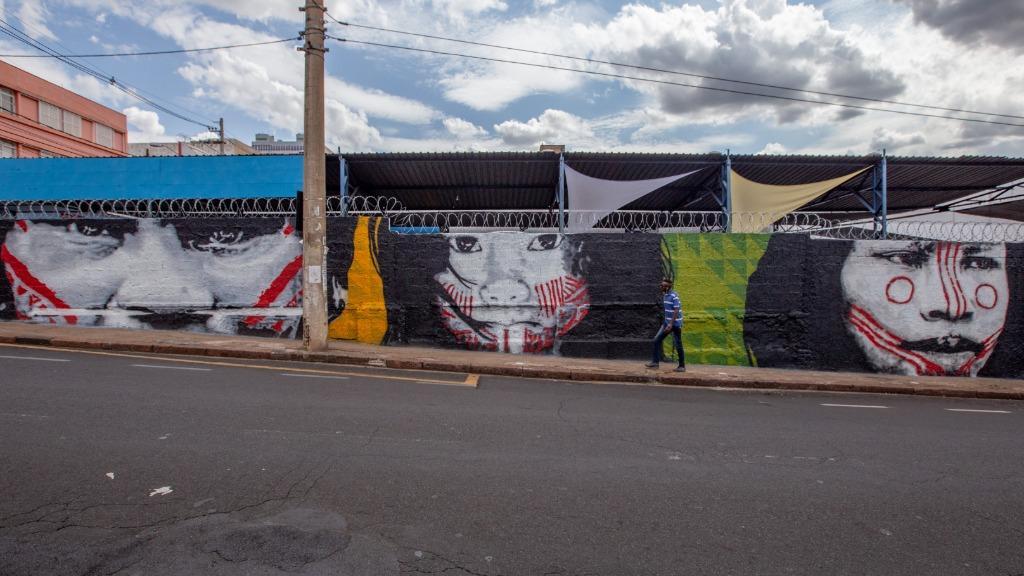 Muro de 150 metros no centro da cidade representa a comunidade indígena (Foto: Weber Sian/ ACidade ON). - Foto: Weber Sian / A Cidade