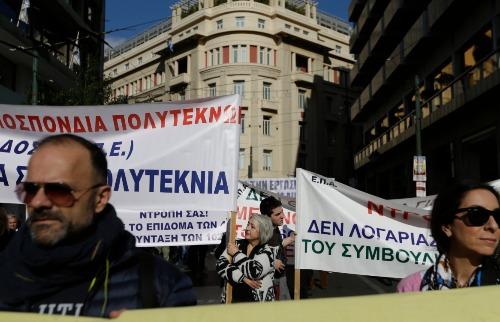 Manifestantes realizam protesto em Atenas, Grécia - Foto: THANASSIS STAVRAKIS/ASSOCIATED PRESS/ESTADÃO CONTEÚDO