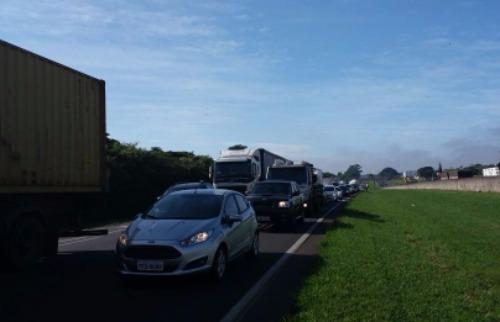 Manifestação congestiona Rodovia Washington Luís, em São Carlos (Foto: EPTV/ São Carlos) - Foto: EPTV Central
