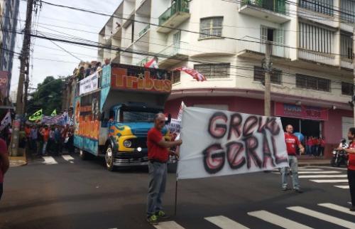 Ricardo Canaveze / A Cidade - Passeata de manifestantes em greve no Centro de Ribeirão Preto; veja mais fotos na galeria