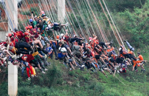 Crédito: Luciano Claudino/Código19 - Grupo de 260 pessoas saltou na ponte estaiada de Hortolândia. Crédito: Luciano Claudino/Código19