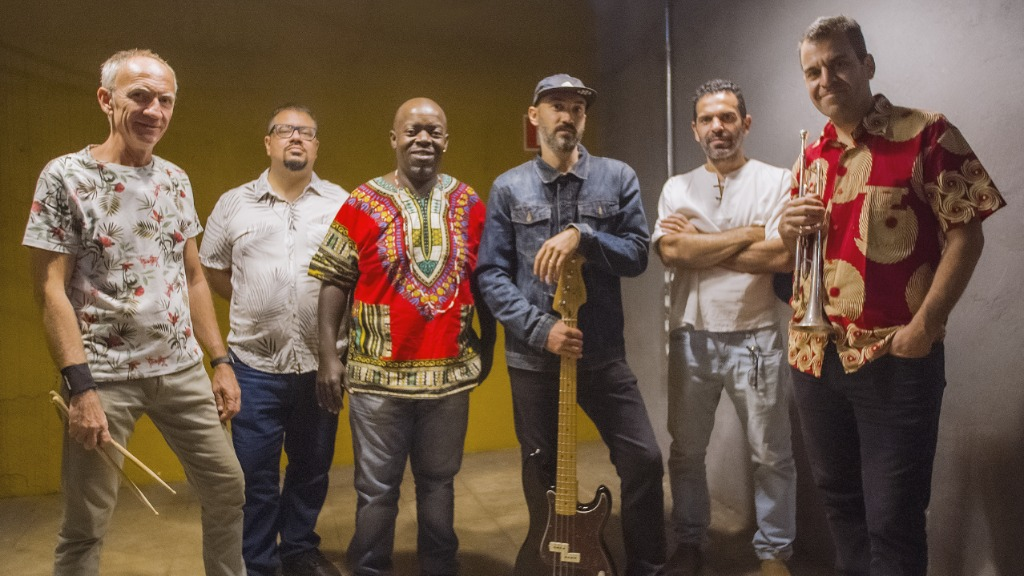 Grupo Pó de Café: Duda Lazarini (bateria), Murilo Barbosa (piano), Neto Braz (percussão), Bruno Barbosa (baixo), Marcelo Toledo (sax) e Rubinho Antunes (trumpete e co-autor da canção). Foto: Divulgação - Foto: Divulgação