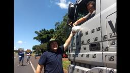 Grupo se reúne para distribuir marmitex à caminhoneiros