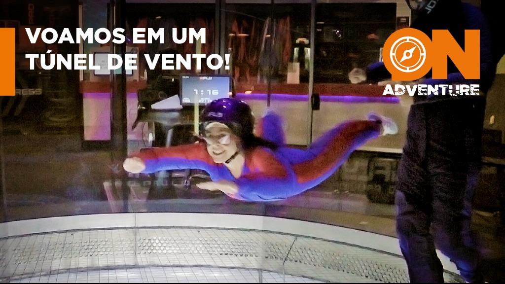 Emiliana voa em um simulador de queda livre. - Foto: Sanner Moraes