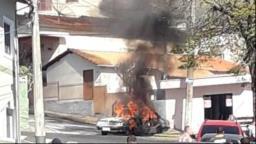 Carro fica totalmente destruído após pegar fogo em Socorro