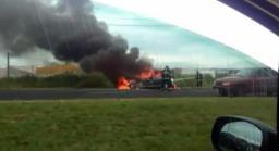Carro pega fogo em avenida na zona Norte de Ribeirão Preto
