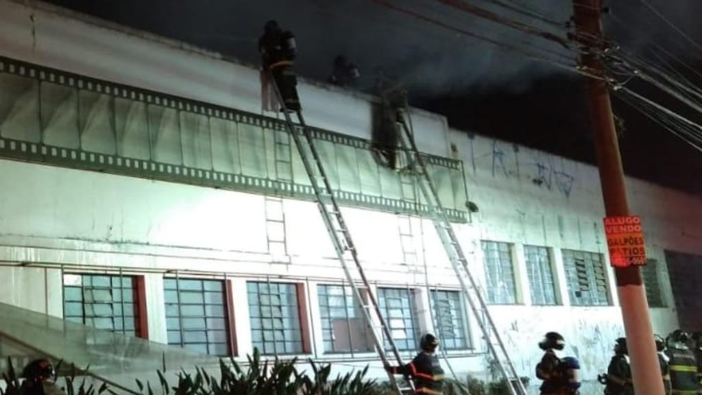 Incêndio começou ontem. (Foto: Corpo de Bombeiros PMESP) - Foto: Corpo de Bombeiros PMESP