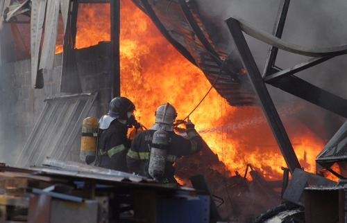 Dois caminhões-tanque foram precisos para conter as chamas (Foto: Matheus Urenha/ A Cidade) - Foto: Matheus Urenha / A Cidade