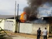 Casa pega fogo e suspeita é de curto circuito