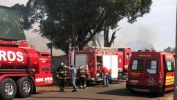 Incêndio atinge galpão de auto peças na avenida Brasil