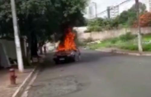 Reprodução / Whatsapp - Carro pegou fogo no João Rossi; clique para assistir ao vídeo