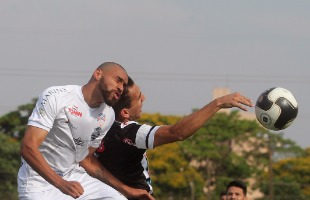 Matheus Urenha / A Cidade - Atacante Ingro disputa bola na partida deste sábado