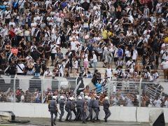Invasão do gramado no Moisés Lucarelli (Foto: Denny Cesare/Código 19) - Foto: ACidade ON - Campinas